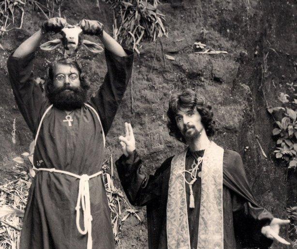 """Uma das cenas do filme. Antônio Guedes e Toninho Buda em """"Contatos Imediatos do IV Graal"""" (1979) - Sacrilégio de Baphomet"""